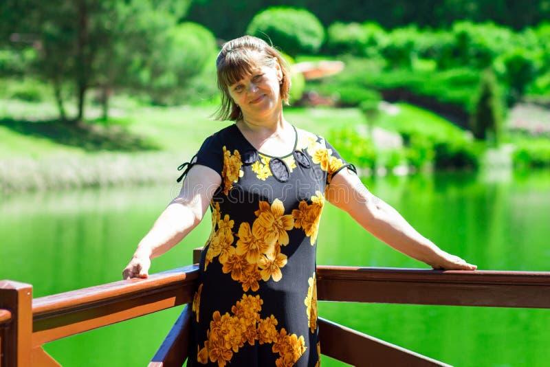 Ευτυχής ανώτερος περίπατος γυναικών στον όμορφο θερινό κήπο κοντά στη λίμνη στοκ εικόνες με δικαίωμα ελεύθερης χρήσης