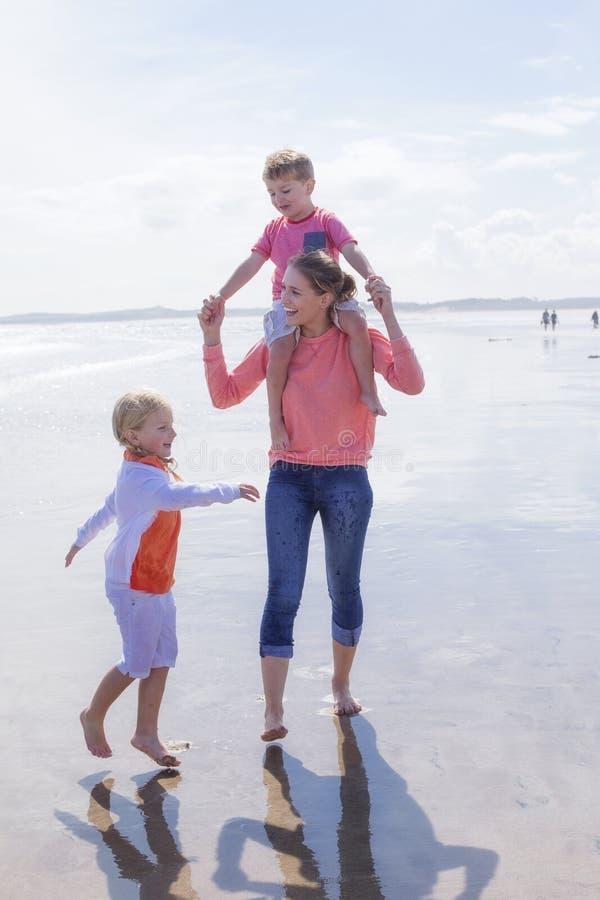 ευτυχής απομονωμένη μητέρα οικογενειακών πατέρων ανασκόπησης μωρών πέρα από τις χαμογελώντας λευκές νεολαίες στοκ φωτογραφίες