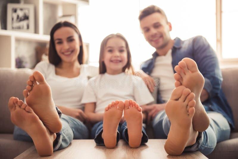 ευτυχής απομονωμένη μητέρα οικογενειακών πατέρων ανασκόπησης μωρών πέρα από τις χαμογελώντας λευκές νεολαίες στοκ φωτογραφία με δικαίωμα ελεύθερης χρήσης