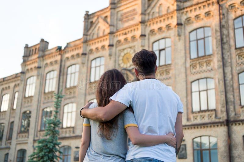 Ευτυχής από κοινού Ερωτευμένο περπάτημα ζεύγους έχοντας τη διασκέδαση Τρυφερό αγκάλιασμα Η αγάπη είναι ένα παιχνίδι που δύο μπορο στοκ εικόνες με δικαίωμα ελεύθερης χρήσης