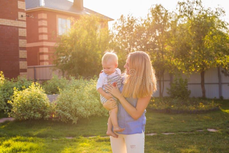 Ευτυχής αρμονική οικογένεια υπαίθρια μητέρα που γελά και που παίζει με το μωρό το καλοκαίρι στη φύση στοκ φωτογραφία με δικαίωμα ελεύθερης χρήσης