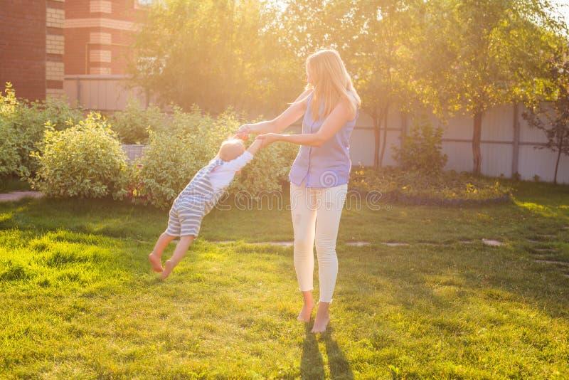 Ευτυχής αρμονική οικογένεια υπαίθρια μητέρα που γελά και που παίζει με το μωρό το καλοκαίρι στη φύση στοκ εικόνα με δικαίωμα ελεύθερης χρήσης