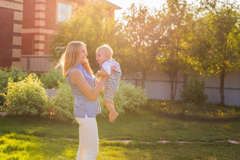 Ευτυχής αρμονική οικογένεια υπαίθρια μητέρα που γελά και που παίζει με το μωρό το καλοκαίρι στη φύση στοκ εικόνες με δικαίωμα ελεύθερης χρήσης
