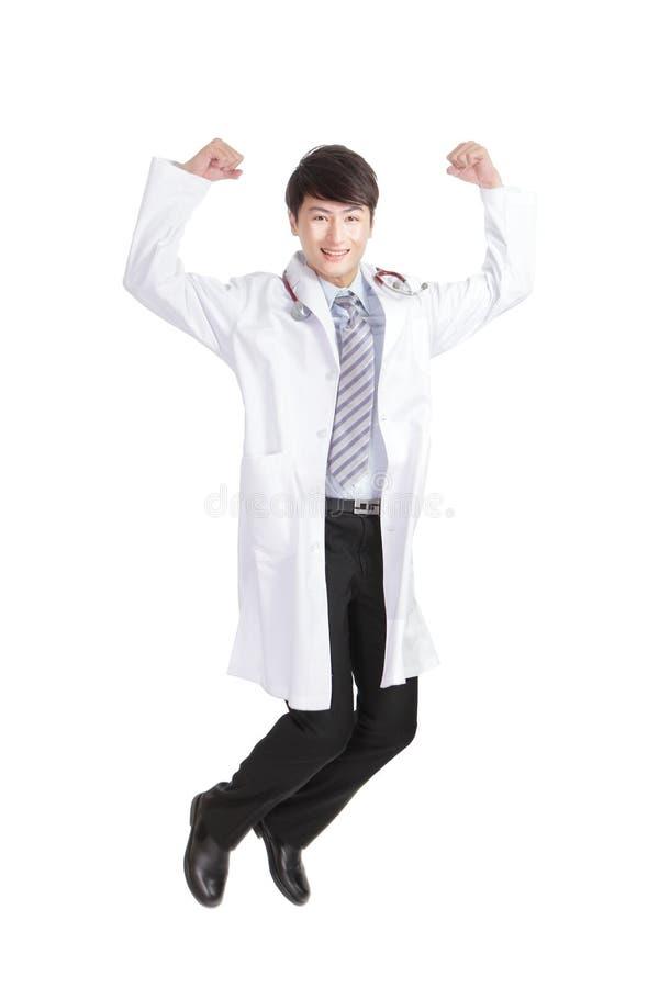 Ευτυχής αρσενικός γιατρός που πηδά και που χαμογελά στοκ εικόνα με δικαίωμα ελεύθερης χρήσης