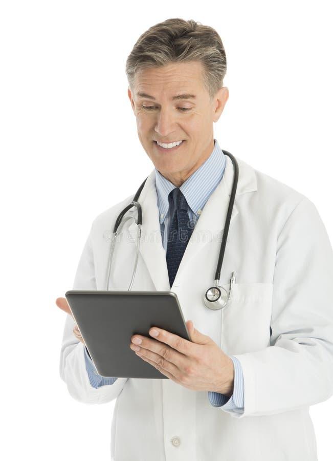 Ευτυχής αρσενικός γιατρός που χρησιμοποιεί την ψηφιακή ταμπλέτα στοκ φωτογραφίες