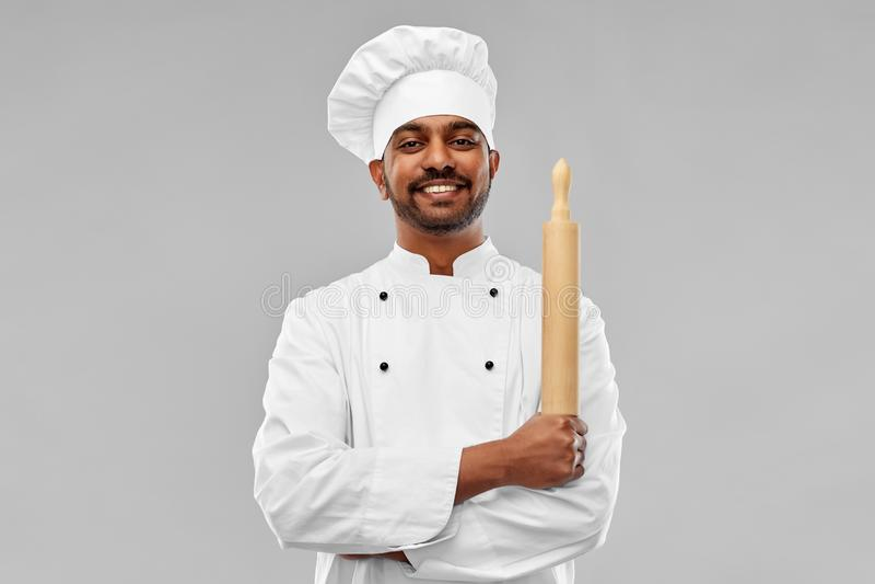 Ευτυχής αρσενικός ινδικός αρχιμάγειρας ή αρτοποιός με την κυλώ-καρφίτσα στοκ εικόνα με δικαίωμα ελεύθερης χρήσης