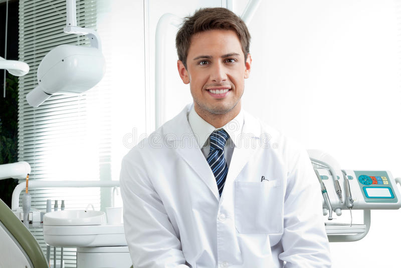 Ευτυχής αρσενικός οδοντίατρος στην κλινική στοκ εικόνα με δικαίωμα ελεύθερης χρήσης
