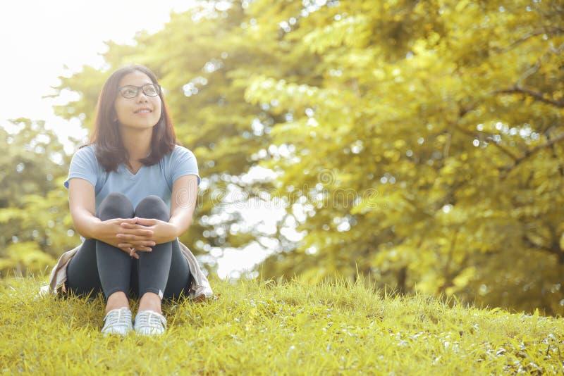 Ευτυχής ασιατική γυναίκα με τα γυαλιά στοκ φωτογραφίες