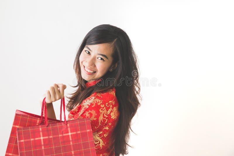 Ευτυχής ασιατική γυναίκα που ψωνίζει στον κινεζικό νέο εορτασμό έτους στοκ φωτογραφία