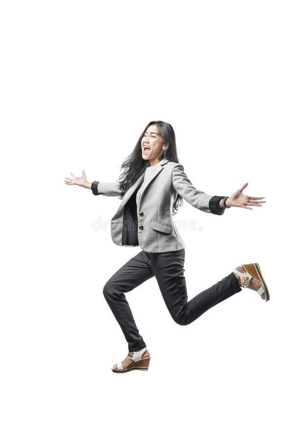 Ευτυχής ασιατική επιχειρησιακή γυναίκα που τρέχει στη γραμμή τερματισμού με το ανοικτό χέρι παλαμών στοκ φωτογραφίες με δικαίωμα ελεύθερης χρήσης