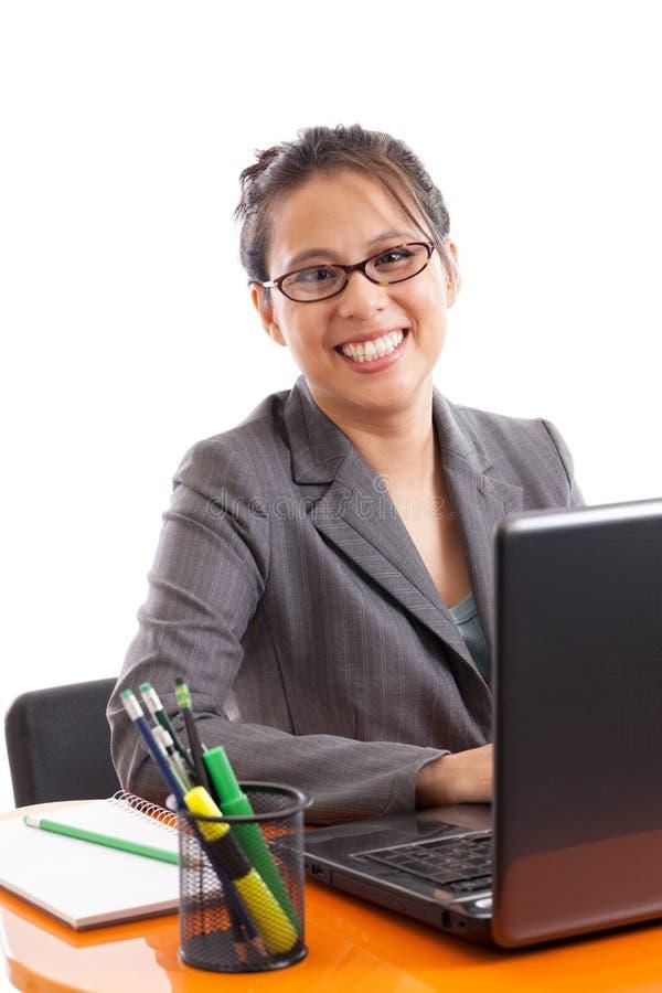 Ευτυχής ασιατική επιχειρησιακή γυναίκα στοκ εικόνες με δικαίωμα ελεύθερης χρήσης