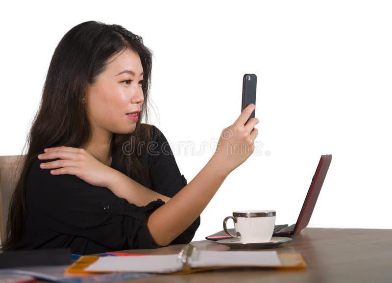 Ευτυχής ασιατική κινεζική επιχειρησιακή γυναίκα που παίρνει selfie τη φωτογραφία με το κινητό τηλέφωνο στο εταιρικό χαμόγελο γραφ στοκ φωτογραφίες με δικαίωμα ελεύθερης χρήσης