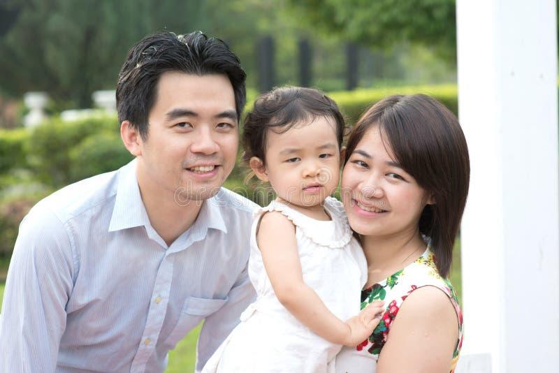 Ευτυχής ασιατική οικογένεια που απολαμβάνει το χρόνο τους στο πάρκο στοκ φωτογραφίες με δικαίωμα ελεύθερης χρήσης