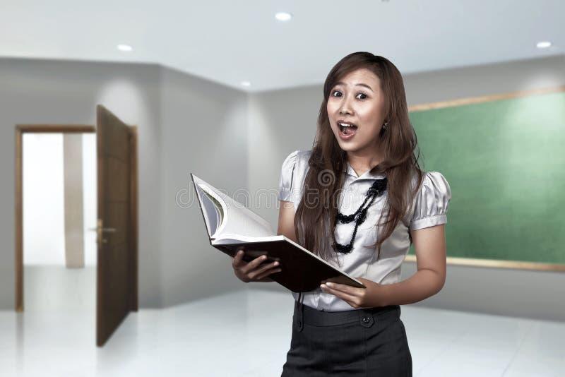 Ευτυχής ασιατικός θηλυκός δάσκαλος έτοιμος να διδάξει στοκ φωτογραφίες