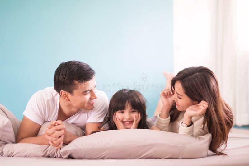 Ευτυχής ασιατικός χρόνος οικογενειακών εξόδων μαζί στην κρεβατοκάμαρα έννοια οικογενειών και σπιτιών στοκ εικόνες