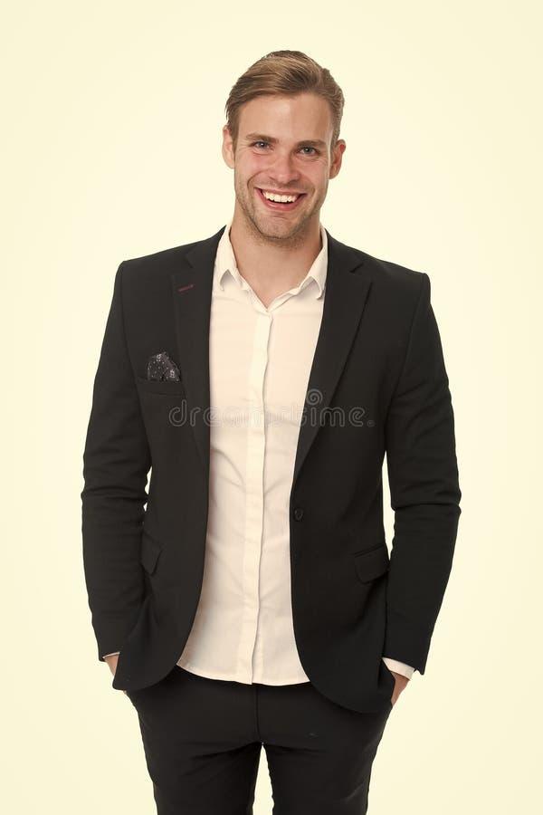 Ευτυχής ατόμων που καλλωπίζεται καλά στο επίσημο κοστούμι, απομονωμένο άσπρο υπόβαθρο Αρσενική έννοια μόδας Μέσα επιχειρησιακού κ στοκ φωτογραφία με δικαίωμα ελεύθερης χρήσης
