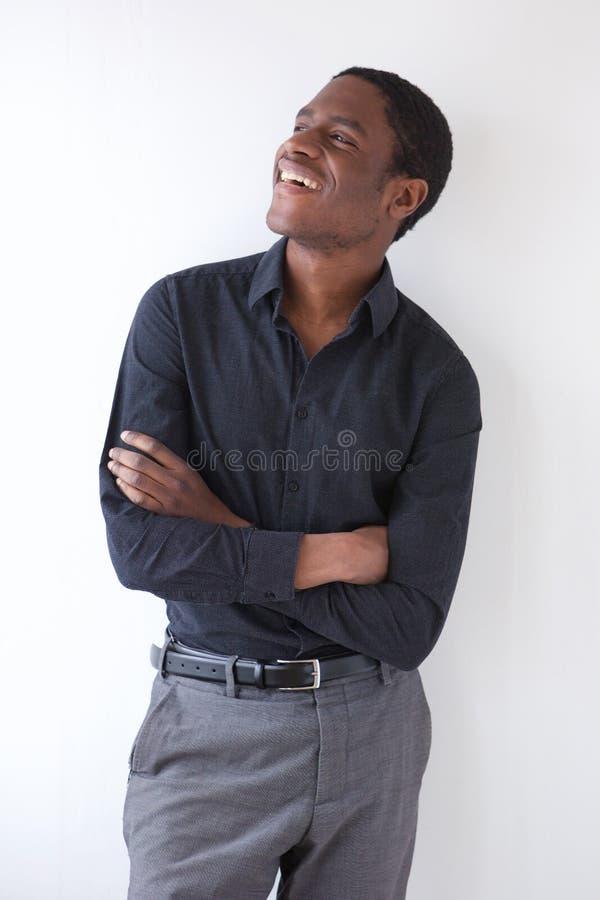 Ευτυχής αφρικανικός επιχειρηματίας που στέκεται στο άσπρο κλίμα με τα όπλα που διασχίζονται στοκ εικόνα με δικαίωμα ελεύθερης χρήσης
