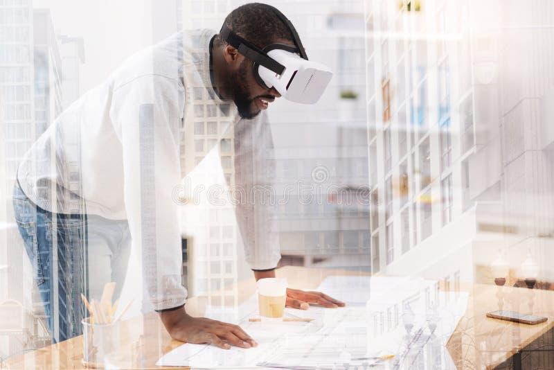 Ευτυχής αφροαμερικάνος που φορά τη μάσκα στο πρόσωπό του στοκ εικόνα