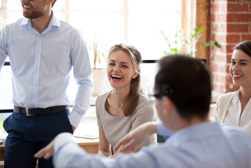 Ευτυχής γελώντας επιχειρηματίας στην ενημέρωση, συνεδρίαση της επιχείρησης στοκ φωτογραφία με δικαίωμα ελεύθερης χρήσης