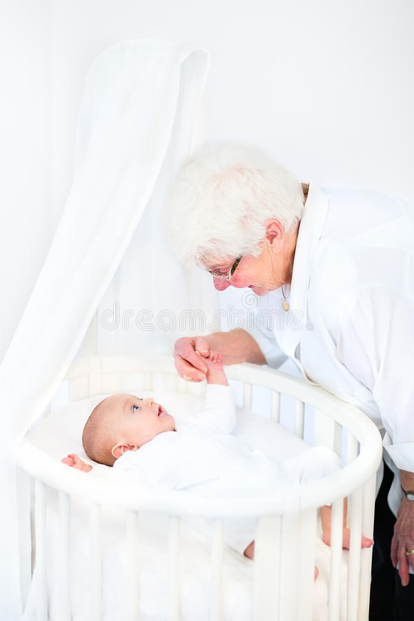 Ευτυχής γιαγιά που μιλά στο νεογέννητο εγγονό στοκ φωτογραφίες με δικαίωμα ελεύθερης χρήσης