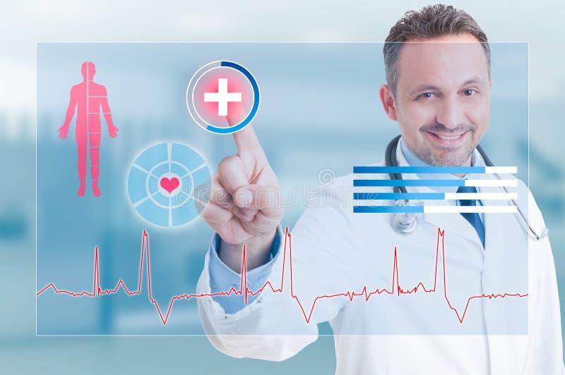 Ευτυχής γιατρός χαμόγελου σχετικά με τον ιατρικό σταυρό ασφάλειας στοκ εικόνα