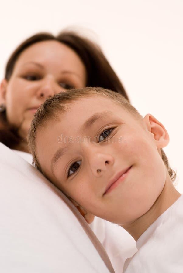 Ευτυχής γιος και έγκυο mothe στοκ εικόνα με δικαίωμα ελεύθερης χρήσης