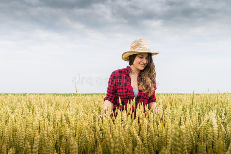 ευτυχής γυναίκα αγροτών στοκ εικόνα