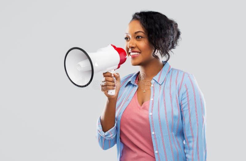 Ευτυχής γυναίκα αφροαμερικάνων πέρα από το γκρίζο υπόβαθρο στοκ εικόνα