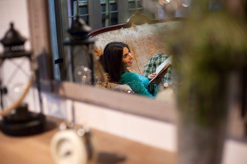 ευτυχής γυναίκα βιβλίων στοκ φωτογραφία με δικαίωμα ελεύθερης χρήσης