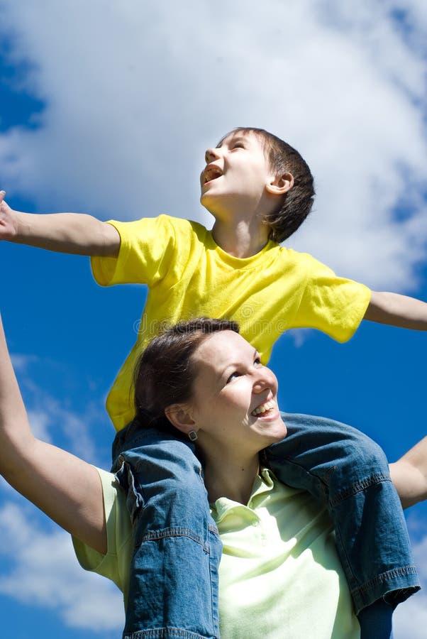 Ευτυχής γυναίκα γυναικών με το γιο στοκ φωτογραφία