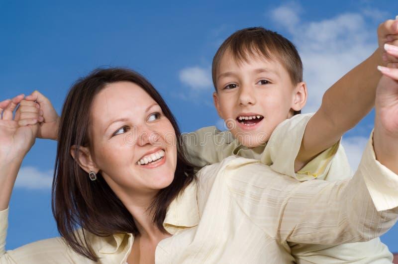 Ευτυχής γυναίκα γυναικών με το γιο στοκ φωτογραφία με δικαίωμα ελεύθερης χρήσης