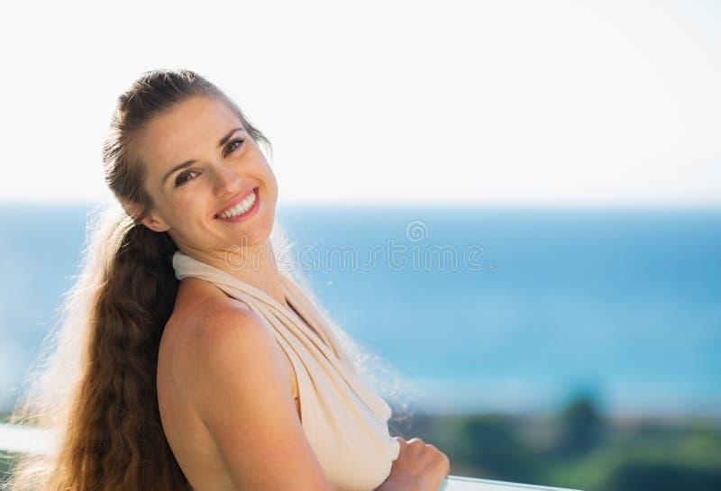 ευτυχής γυναίκα διακοπών πορτρέτου στοκ εικόνα με δικαίωμα ελεύθερης χρήσης
