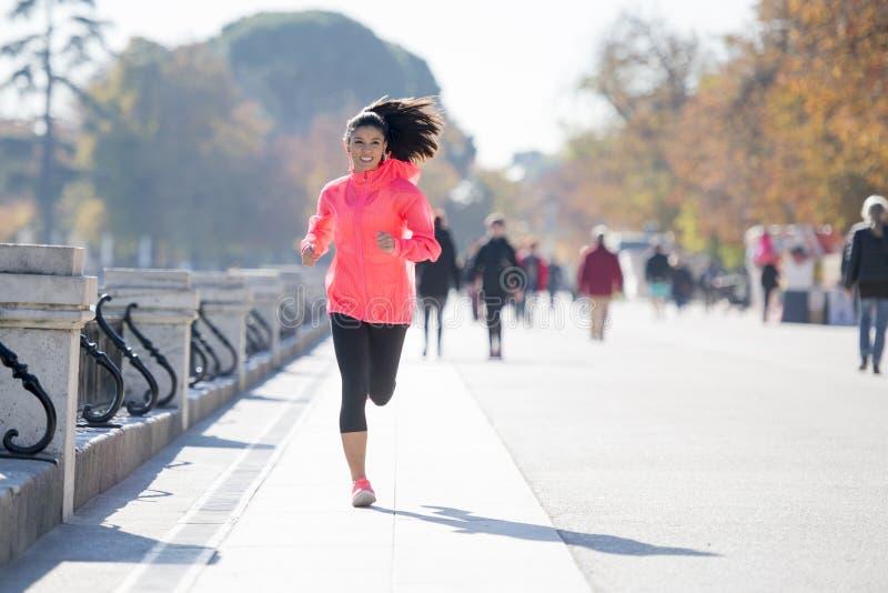 Ευτυχής γυναίκα δρομέων sportswear φθινοπώρου ή χειμώνα στο τρέξιμο και το TR στοκ φωτογραφίες
