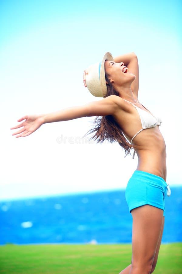 Ευτυχής γυναίκα ελευθερίας το καλοκαίρι στοκ εικόνες
