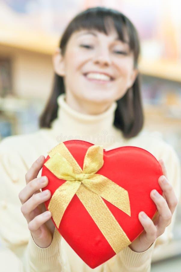 Ευτυχής γυναίκα και κόκκινο κιβώτιο δώρων στοκ εικόνες