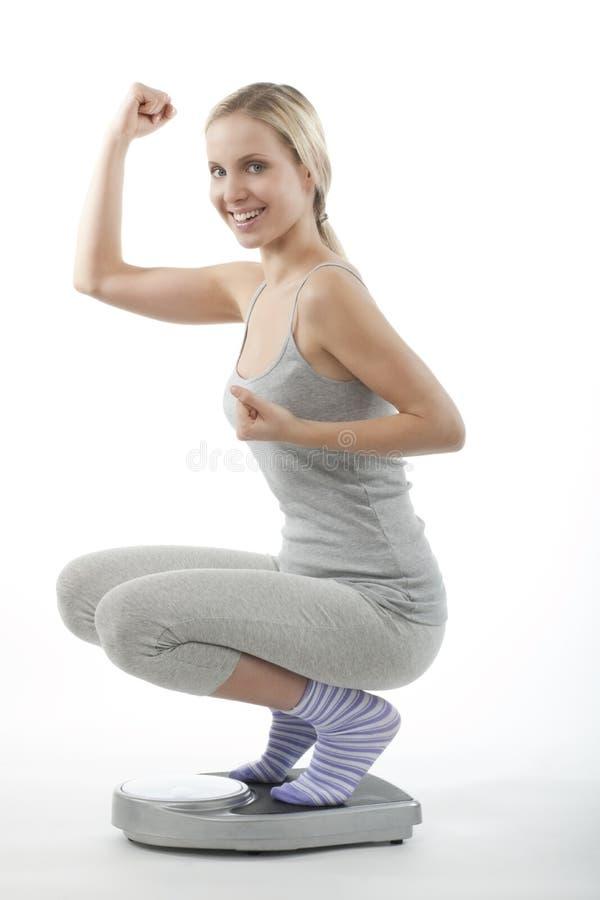 ευτυχής γυναίκα κλίμακ&alpha στοκ φωτογραφία με δικαίωμα ελεύθερης χρήσης