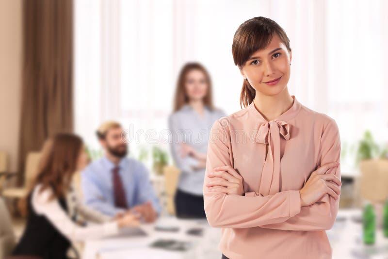 Ευτυχής γυναίκα μετά από μια επιτυχή απόδοση στη συνεδρίαση στοκ εικόνες