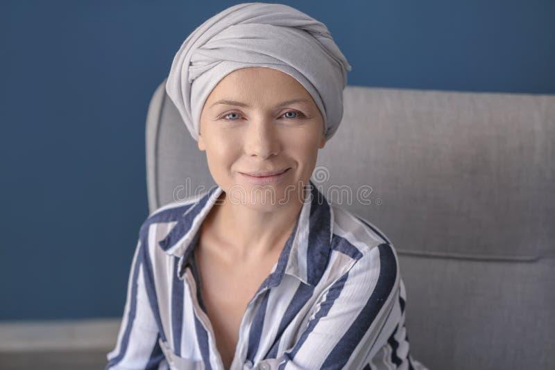 Ευτυχής γυναίκα μετά από τη χημειοθεραπεία στο σπίτι στοκ φωτογραφίες