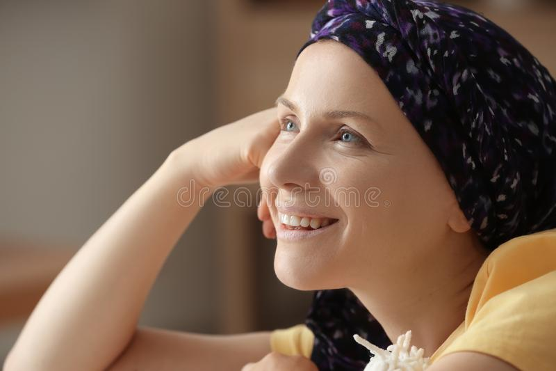Ευτυχής γυναίκα μετά από τη χημειοθεραπεία στο σπίτι στοκ εικόνα με δικαίωμα ελεύθερης χρήσης