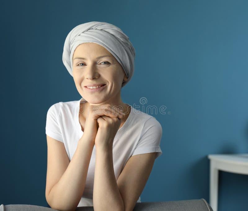 Ευτυχής γυναίκα μετά από τη χημειοθεραπεία στο σπίτι στοκ εικόνες