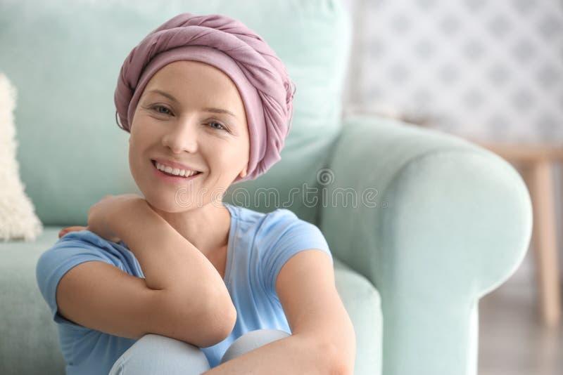 Ευτυχής γυναίκα μετά από τη χημειοθεραπεία στο σπίτι στοκ φωτογραφία με δικαίωμα ελεύθερης χρήσης