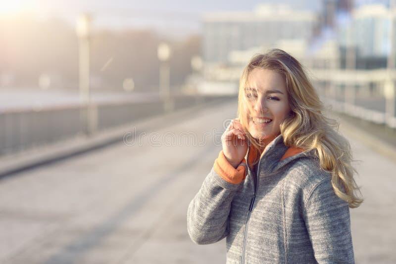 Ευτυχής γυναίκα με ένα καλό χαμόγελο σε μια χειμερινή οδό στοκ εικόνες