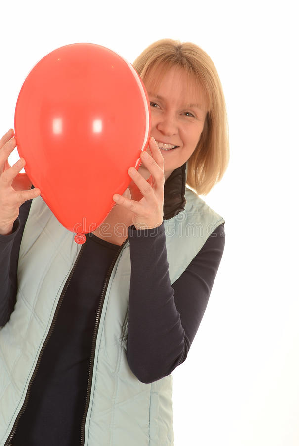 Ευτυχής γυναίκα με ένα κόκκινο μπαλόνι στοκ εικόνες με δικαίωμα ελεύθερης χρήσης