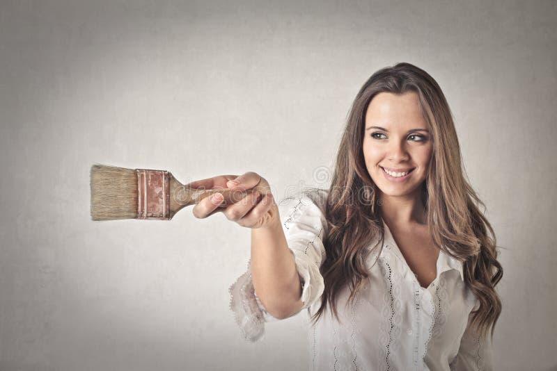 Ευτυχής γυναίκα με μια βούρτσα στοκ εικόνες με δικαίωμα ελεύθερης χρήσης