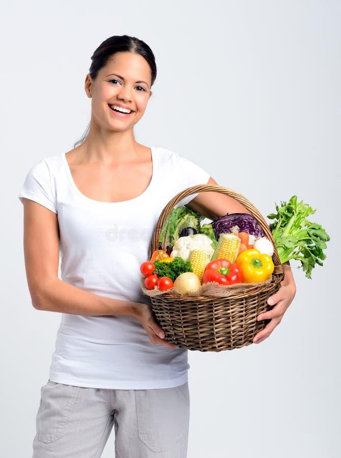Ευτυχής γυναίκα με τα πρόσφατα συγκομισμένα προϊόντα στοκ εικόνες