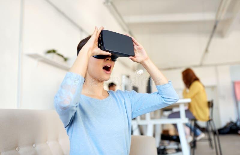 Ευτυχής γυναίκα με την κάσκα εικονικής πραγματικότητας στο γραφείο στοκ φωτογραφίες με δικαίωμα ελεύθερης χρήσης