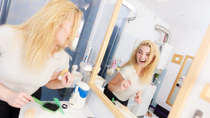 Ευτυχής γυναίκα με την υγρή τρίχα στο λουτρό στοκ εικόνες με δικαίωμα ελεύθερης χρήσης
