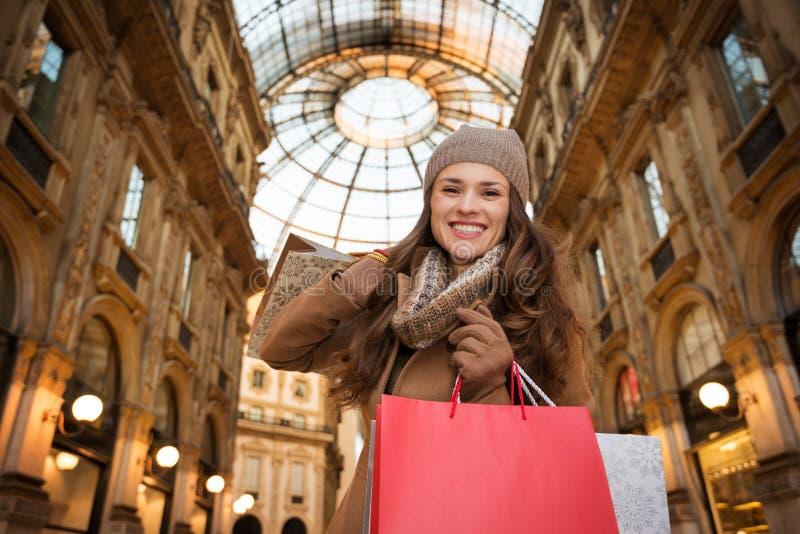 Ευτυχής γυναίκα με τις τσάντες αγορών σε Galleria Vittorio Emanuele ΙΙ στοκ εικόνα