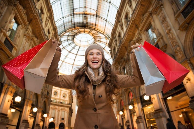 Ευτυχής γυναίκα με τις τσάντες αγορών σε Galleria Vittorio Emanuele ΙΙ στοκ εικόνες με δικαίωμα ελεύθερης χρήσης