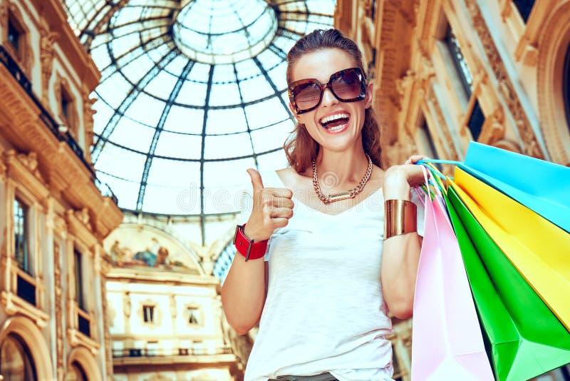 Ευτυχής γυναίκα με τις τσάντες αγορών σε Galleria Vittorio Emanuele στοκ εικόνες με δικαίωμα ελεύθερης χρήσης